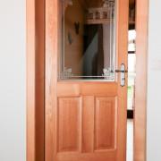 Sicherheitsglas wurde in dieser Holztür verbaut