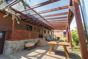 Terrassendach aus Glas und Holz