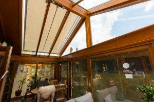 Das Dach des Wintergartens aus Glas und Holz